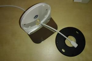 Cable dans le socle branché sur le support