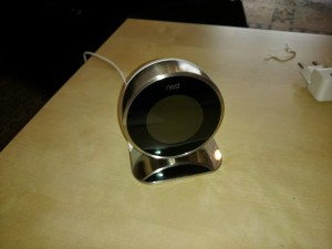 Thermostat Nest sur son socle